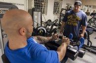 mężczyźni trenujący na siłowni
