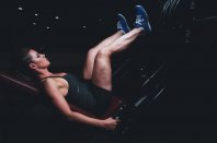 kobieta trenująca na siłowni